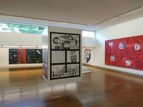 Un visitante contempla dos de las obras de Chagall expuestas en la Fundación Barrié