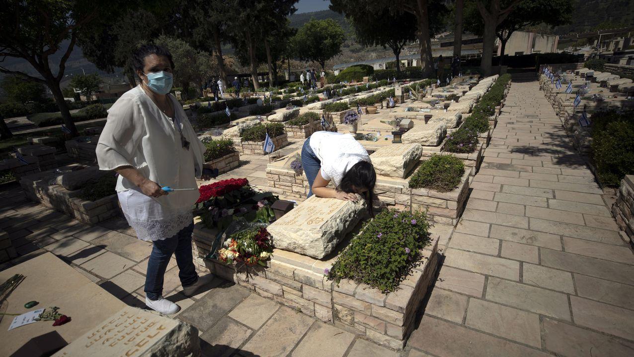 Israelíes visitan un cementerio en el Día del soldado caído