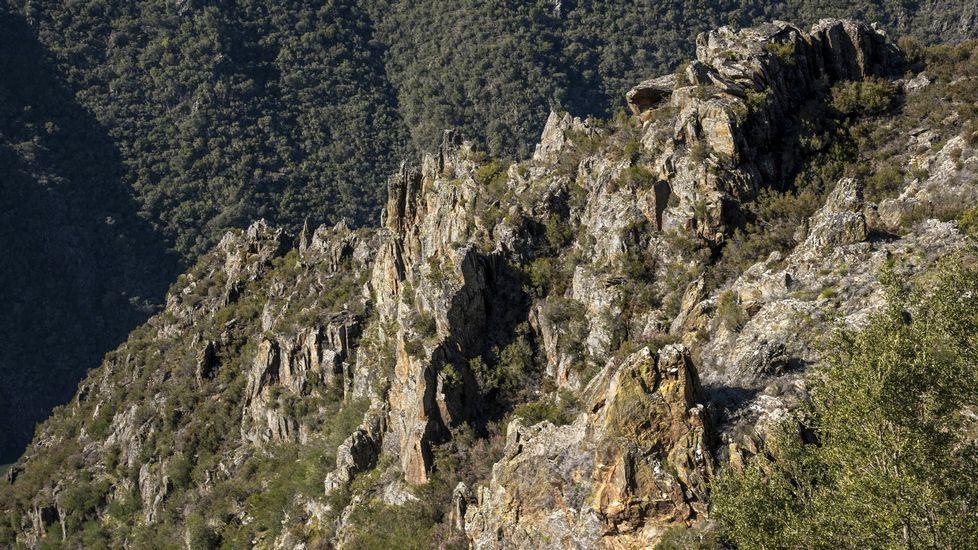 El camino hacia el mirador discurre entre abruptos paisajes