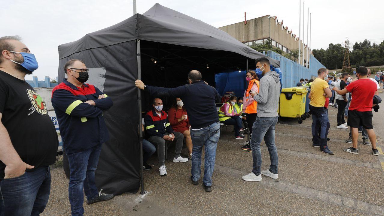Los trabajadores de Alcoa y de las auxiliares han instalado una carpa a la entrada de la factoría de San Cibrao