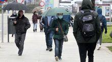Transeúntes con mascarillas en una calle de Monforte, en una foto de la semana pasada