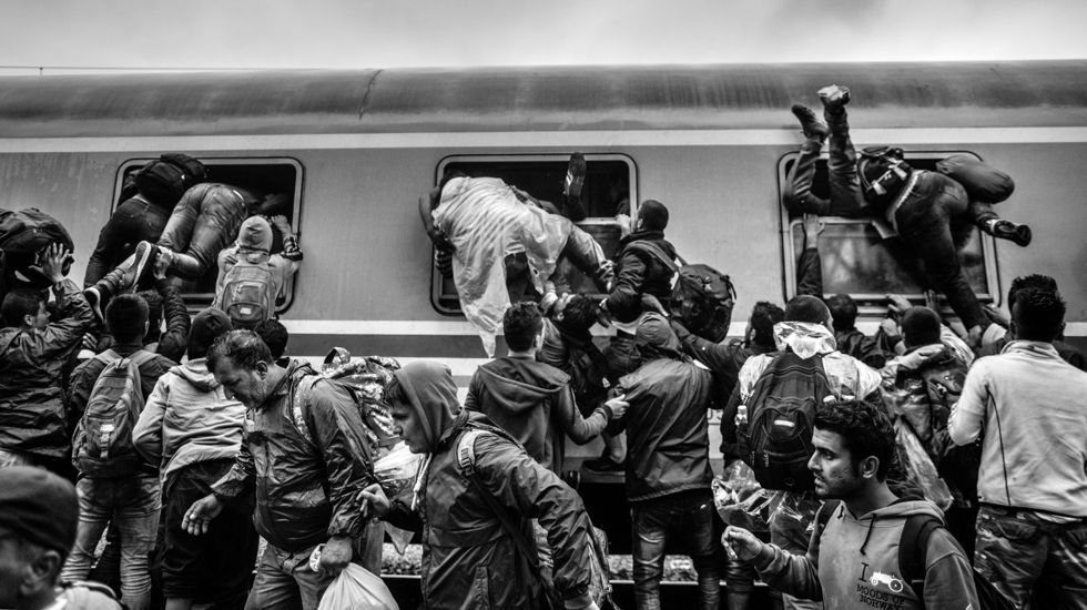 Manu Brabo y Mario Rojas, premiados por la Asociación de Fotorreporteros Asturianos.Tovarnik, Croacia 19-9-2015 Inmigrantes tratando de xubir a un vagón de tren. Foto de Manu Brabo premiada con el Memorial Joaquín Bilbao