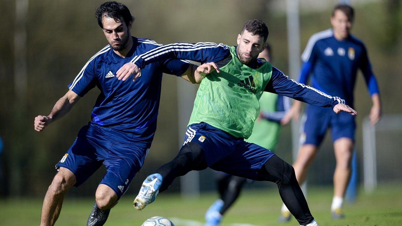 convocatoria entrenamiento Requexon Real Oviedo.Arribas y Rodri pugnan por un balón en El Requexón