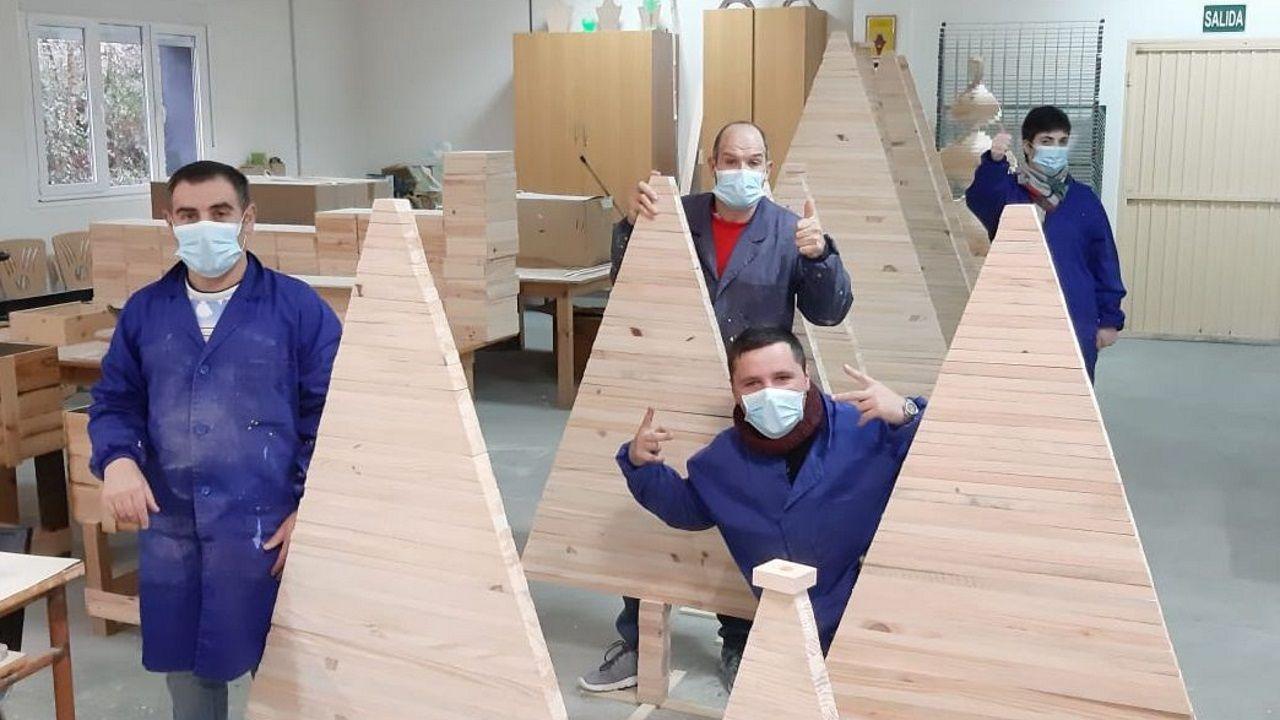 Usuarios del centro muestran el trabajo realizado para el comedor de Zara Logística