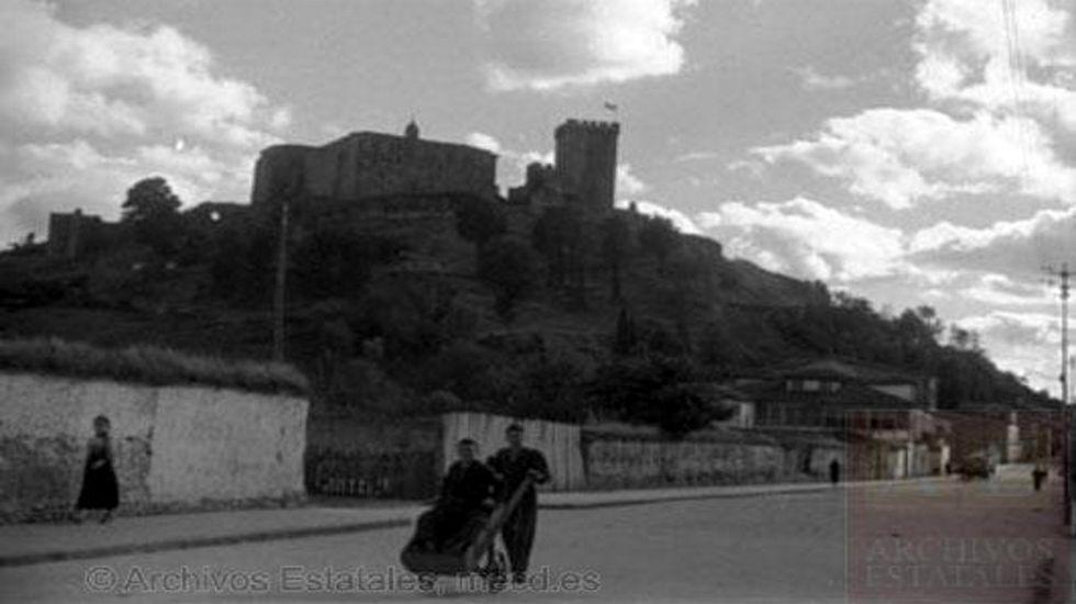 Procesión bajo velas y antorchas en Monforte.El monte de San Vicente visto desde la calle Doctor Casares. en una foto del año 1936 del aleman Erich Andres
