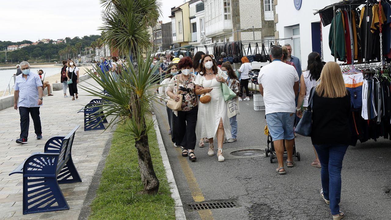 Un caballo y un poni se pasean por la playa de Boca do Río.A Pobra celebró este miércoles su mercadillo y el sábado entrará en nivel máximo de restricciones