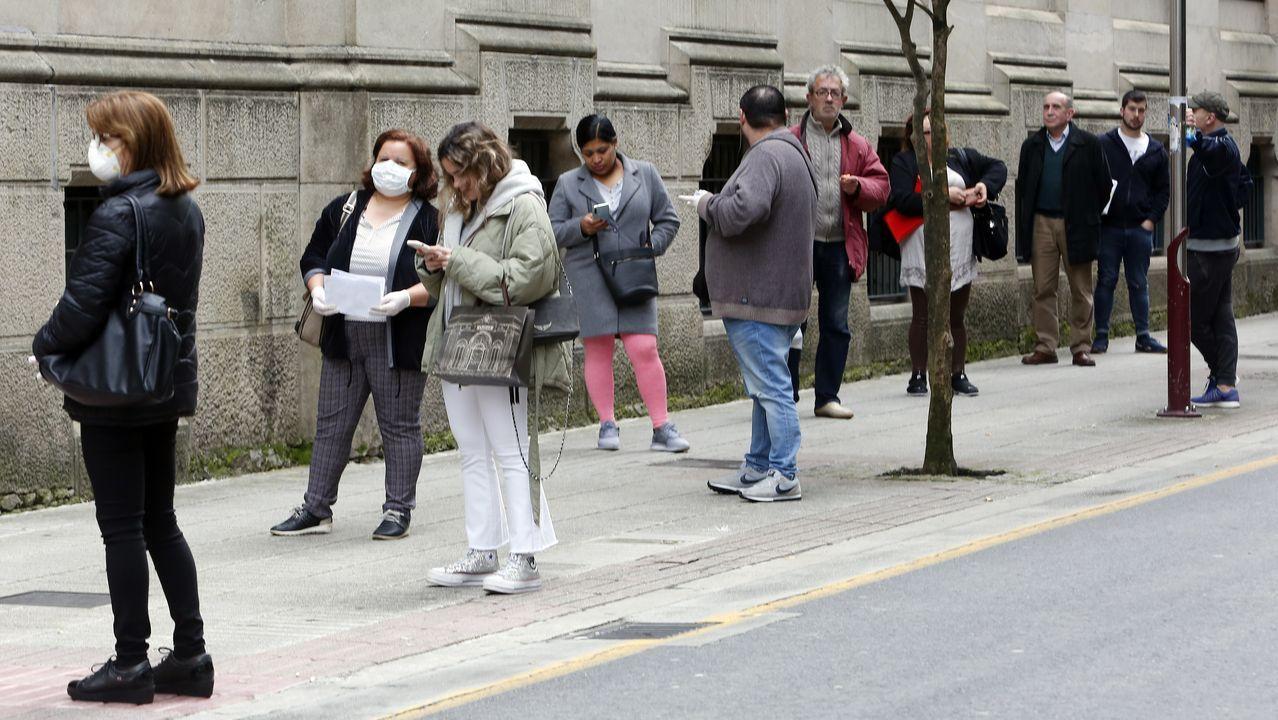 Usuarios hacen cola en la calle García Camba para acceder a la oficina principal de Correos en Pontevedra