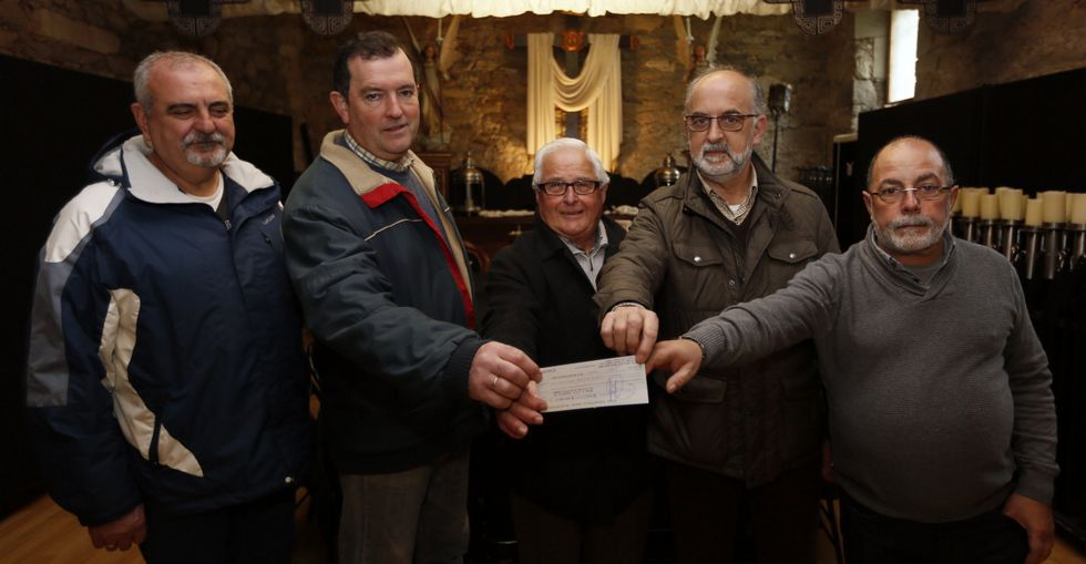 Momento de la entrega del donativo de La Piedad a la asociación vecinal Camiño de Galdo.