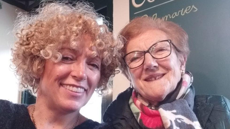 Kelly Carballo (a la izquierda) con su madre, en el bar Corinto de A Rúa de Valdeorras