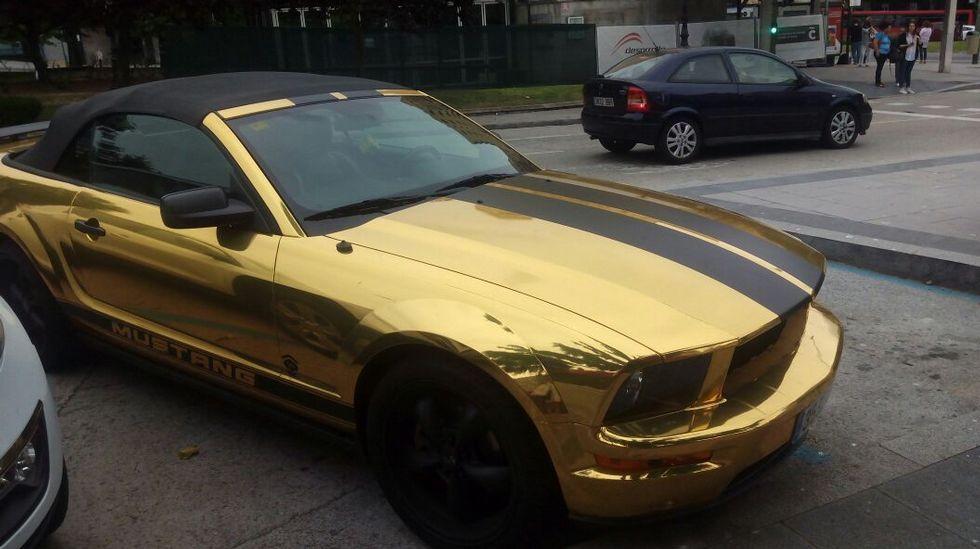 Mustang dorado aparcado en Cuatro Caminos