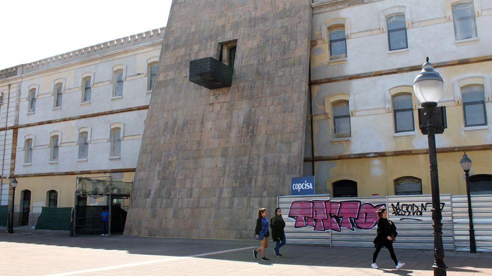 Una mujer cae a las rocas en la escalera 1 de la playa de San Lorenzo.Centro Municipal del Coto, sede de la Agencia Local de Empleo de Gijón