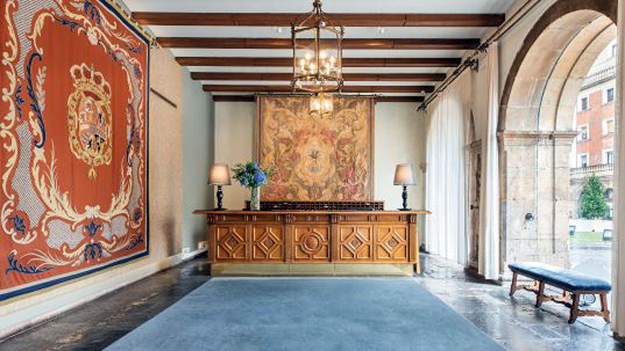 Dos valiosos tapices colgados en el hall de entrada del Hotel de la Reconquista de Oviedo