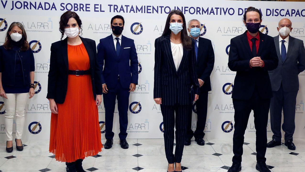 La reina Letizia, junto a la presidenta de la Comunidade de Madrid, Isabel Díaz Ayuso y el vicepresidente segundo, Pablo Iglesias