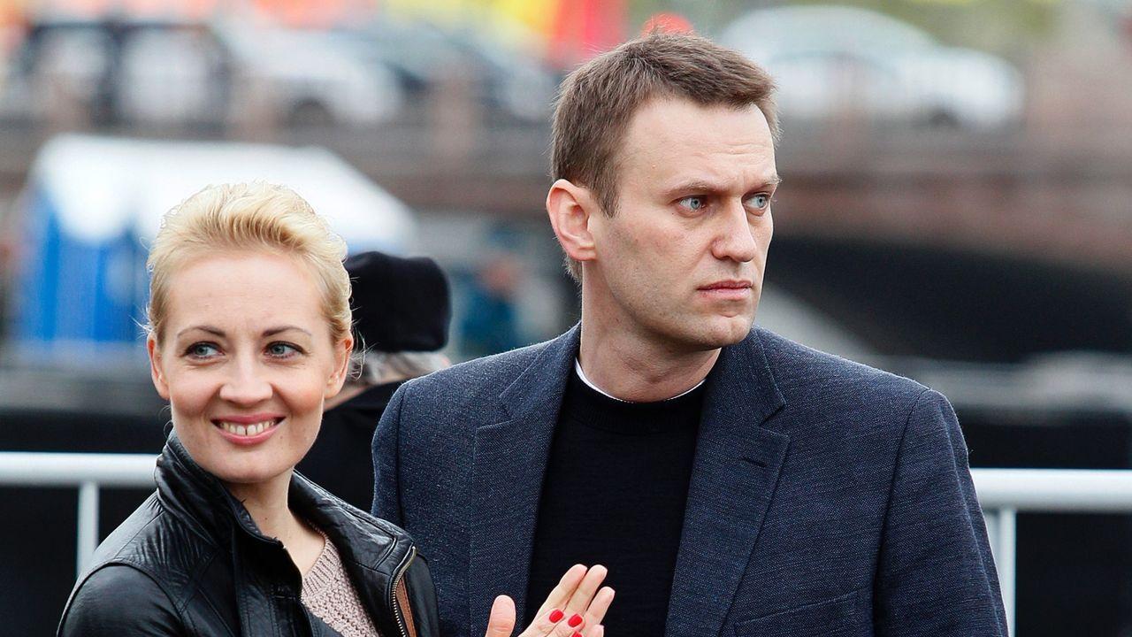 Alexei Navalni con su mujer, Julia, en un acto en Rusia antes de su envenenamiento