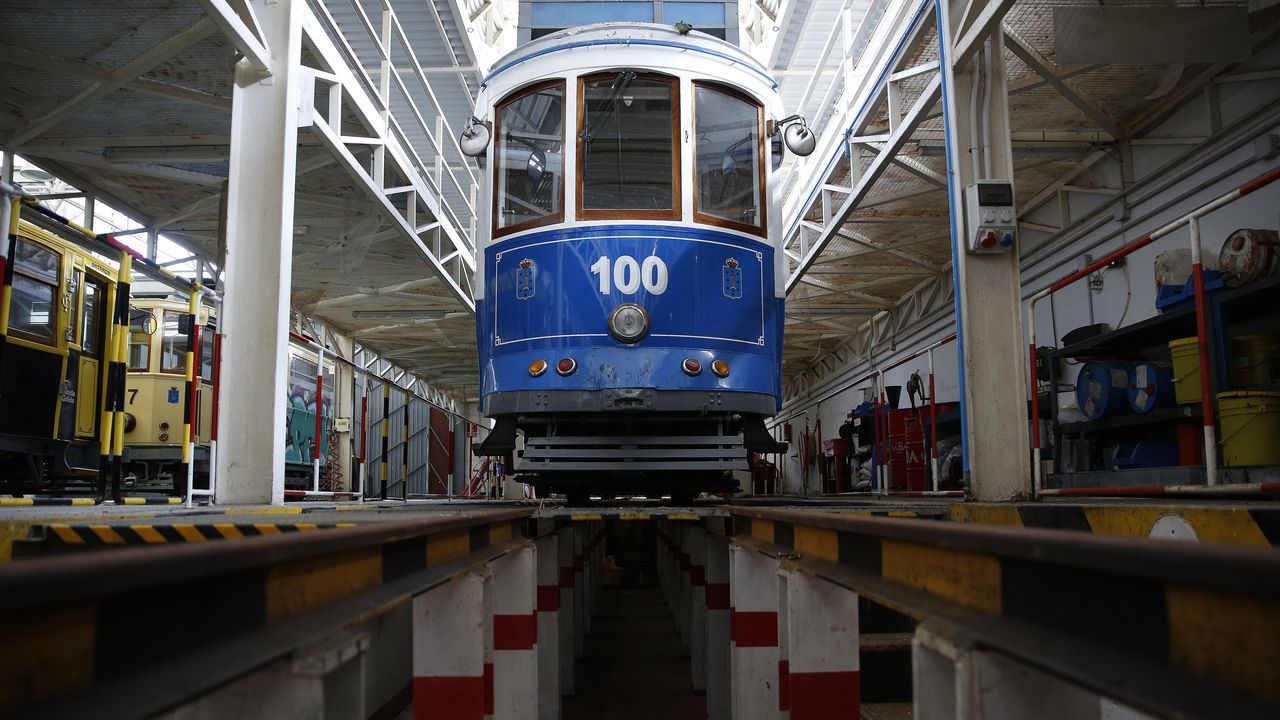 casa 5.Un joven viaja en un tranvía de Lisboa