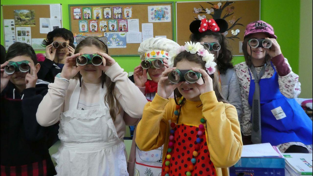 Alumnos de Sada cantando.Os alumnos de Quiroga miran ao Courel