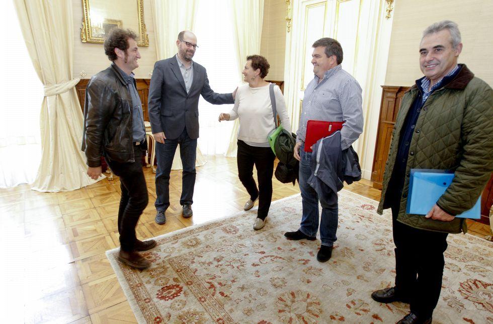 El alcalde y Duarte recibieron a Encarna Otero, José M. González y Manuel García, de la plataforma.
