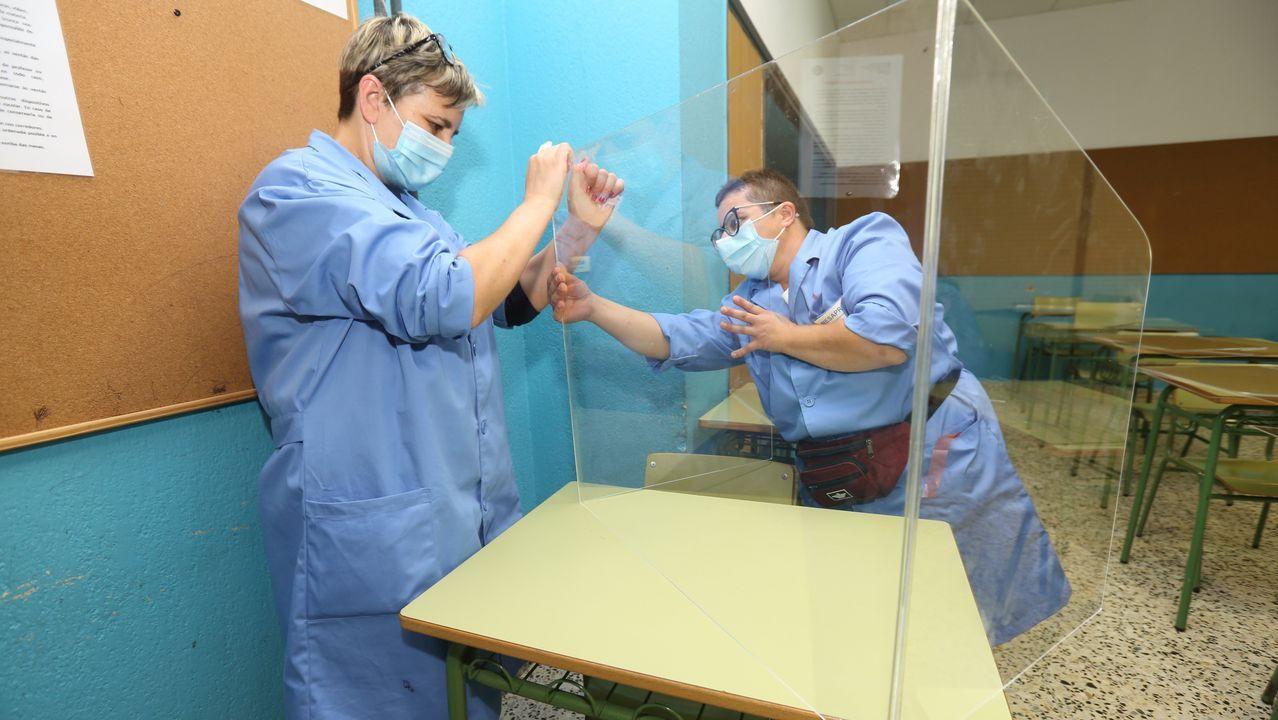 El IES Alfredo Brañas (sin casos de coronavirus) comenzó ayer a colocar las mamparas