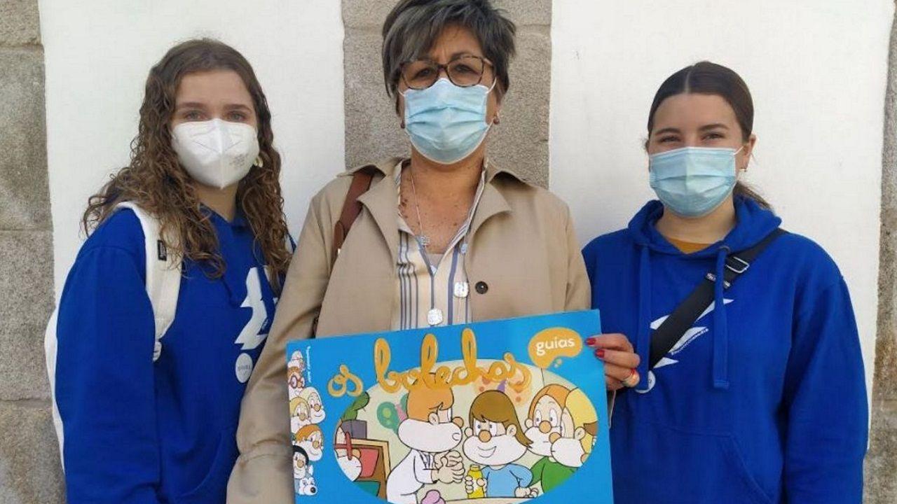 La representante de Anedia en Pontevedra, Charo Lafuente, junto con las portavoces de Xente Nova de Anedia, Iria González (izq.) y Carolina Blanco (dcha.)