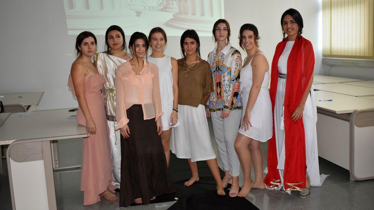 En la imagen, las alumnas del grupo que presentó una colección inspirada en la Grecia clásica