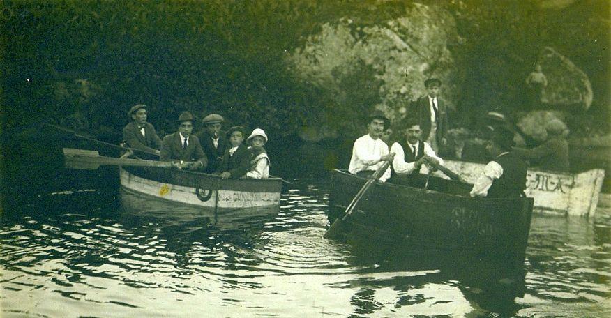 Comienza el certamen celtibérico infantil de bandas de gaitas.Paseos en barca por el río Asma en una imagen de comienzos del siglo pasado.