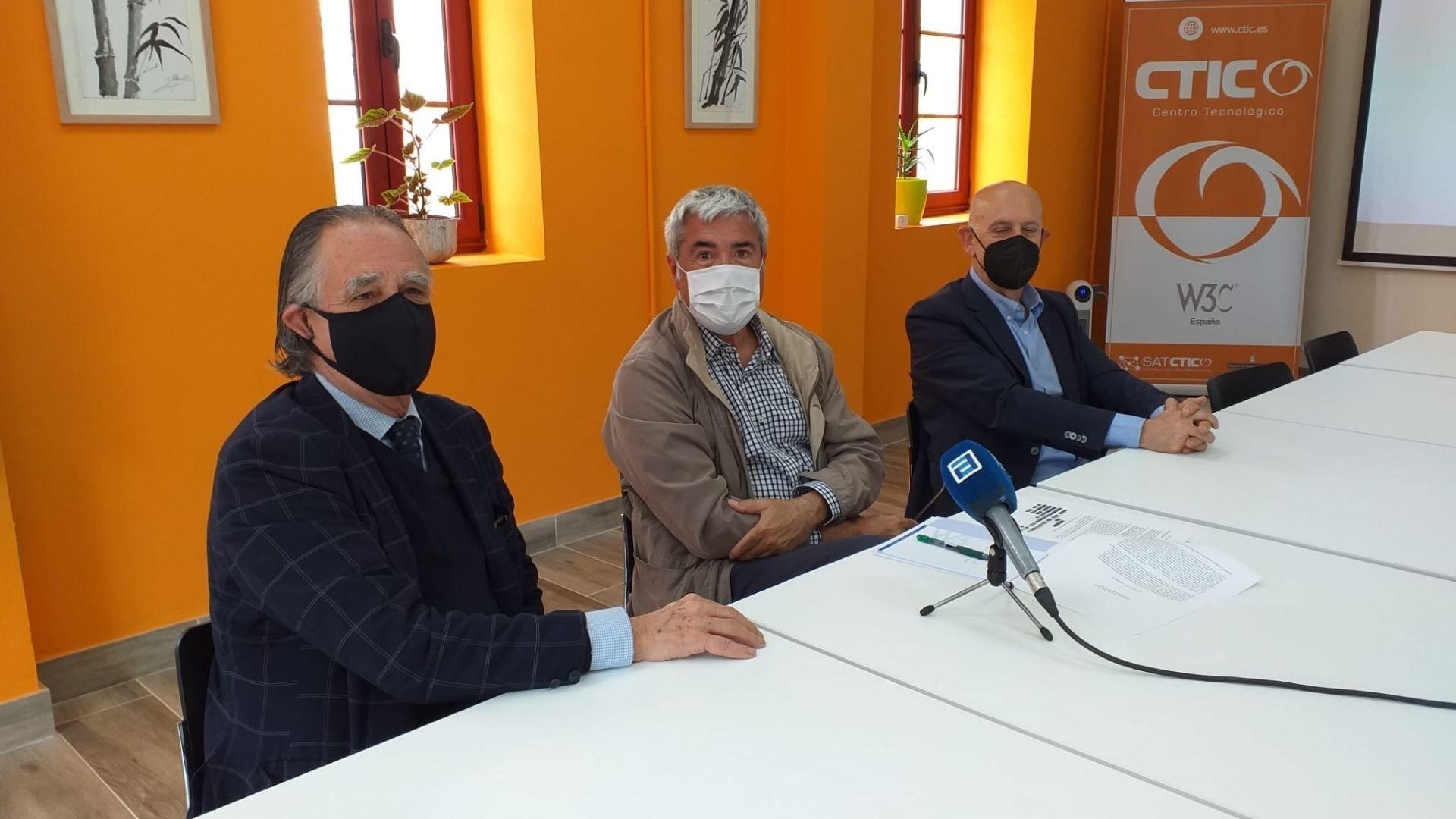 Juan Velarde Fuertes.De izquierda a derecha, el presidente de CTIC, Roberto Paraja; el comisionado para el Reto Demográfico, Jaime Izquierdo, y el director general de CTIC, Pablo Priesca