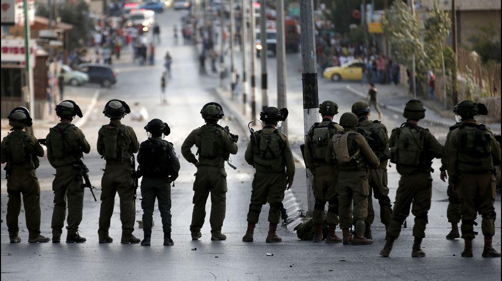 Soldados israelíes hacen una barrera durante los choques con los manifestantes palestinos.