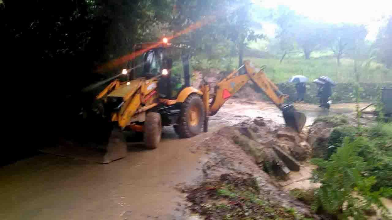 Retirada del fango causado por las inundaciones en Purón (Llanes)