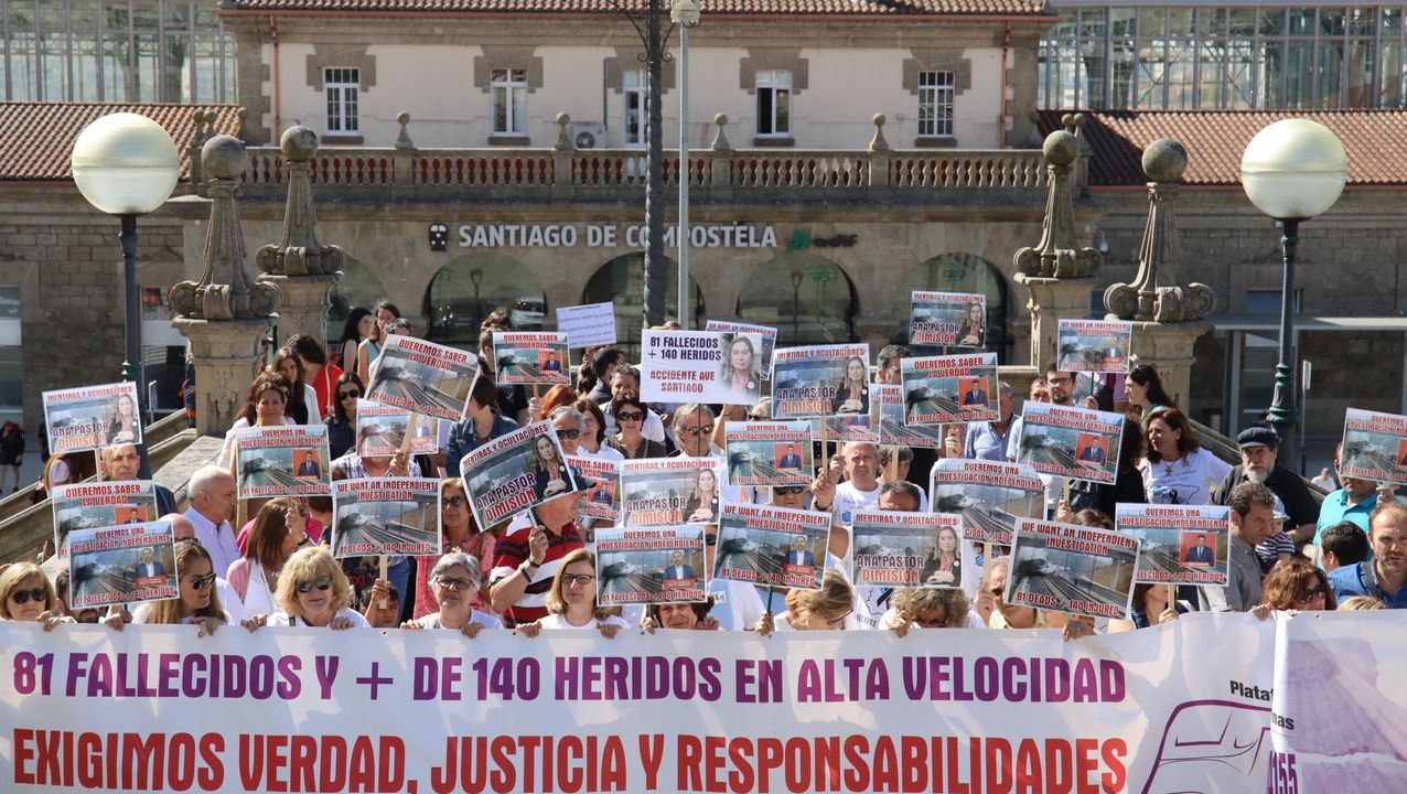 Homenaje a las víctimas del accidente de tren de Angrois.Imagen de la manifestacion del año pasado, a su salida de la estacion de ferrocarril de Santiago