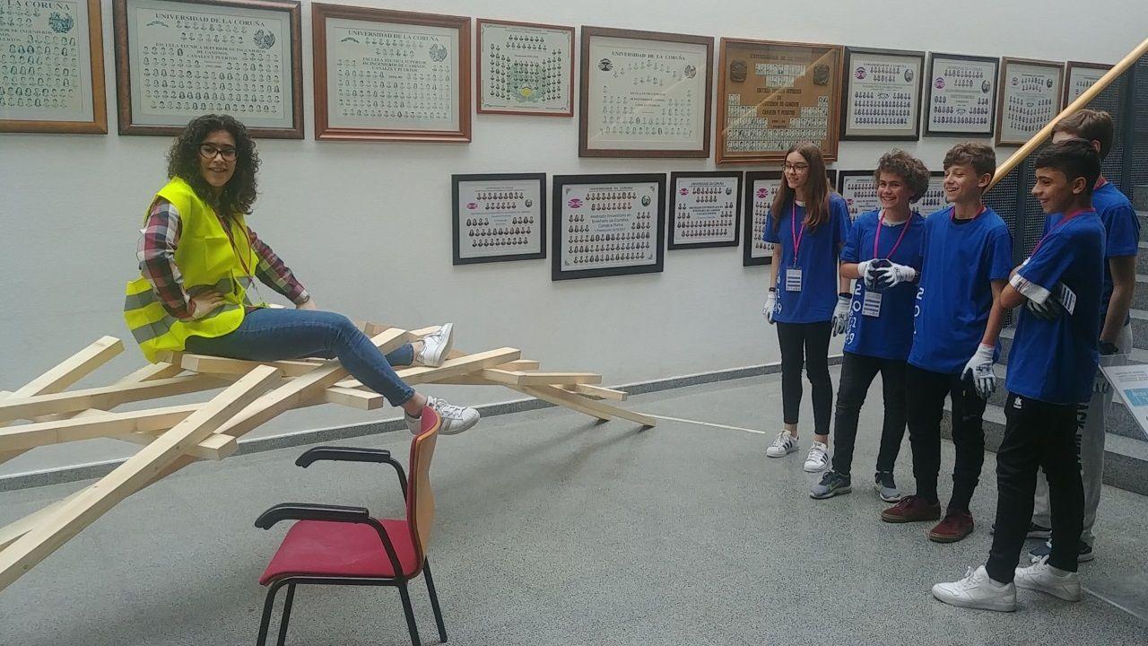 Los alumnos del IES Monte das Moas (A Coruña) ven cómo su puente da Vinci funciona a la perfección