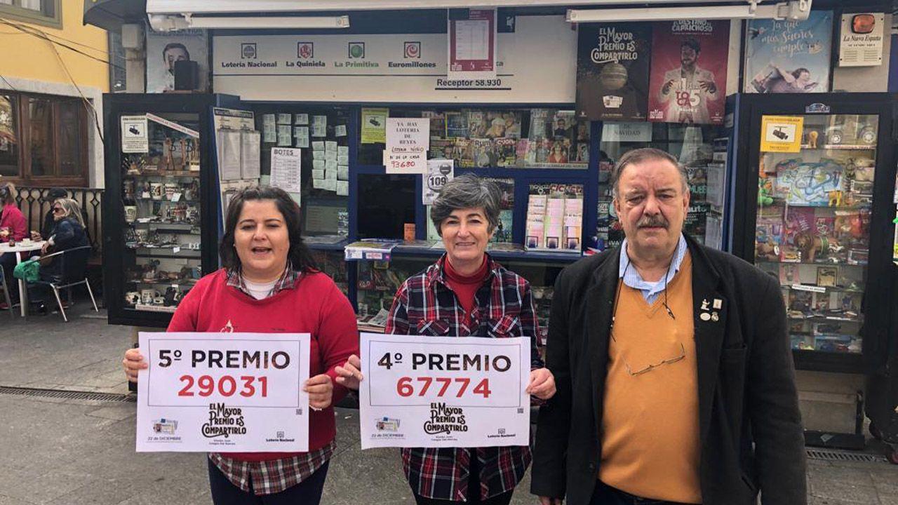 Un Prestoso a reventar.Fatima Ferández, Loli Fernández y Juan Manuel Fernández posan frente al Kiosko Juan en Cangas del Narcea con los carteles del quinto y cuarto premio