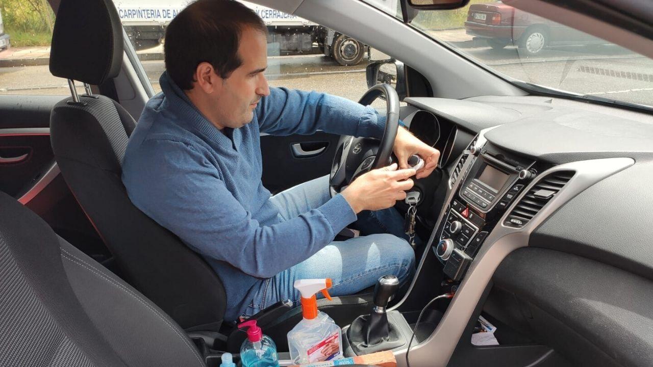 Daniel Martínez, de la autoescuela Carbayón, limpia el interior del vehículo tras una clase