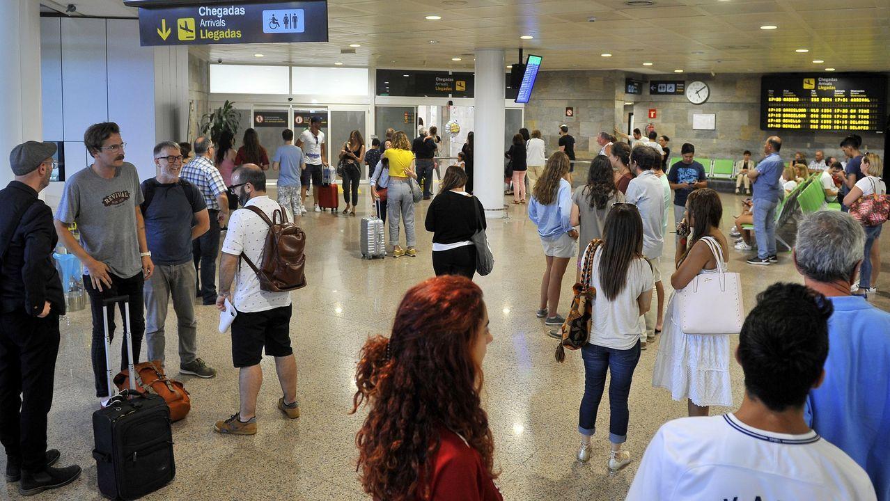 Temor a un aumento del paro en Canarias por la quiebra de Thomas Cook.PASAJEROS EN LA ZONA DE LLEGADAS EN EL AEROPUERTO DE ALVEDRO