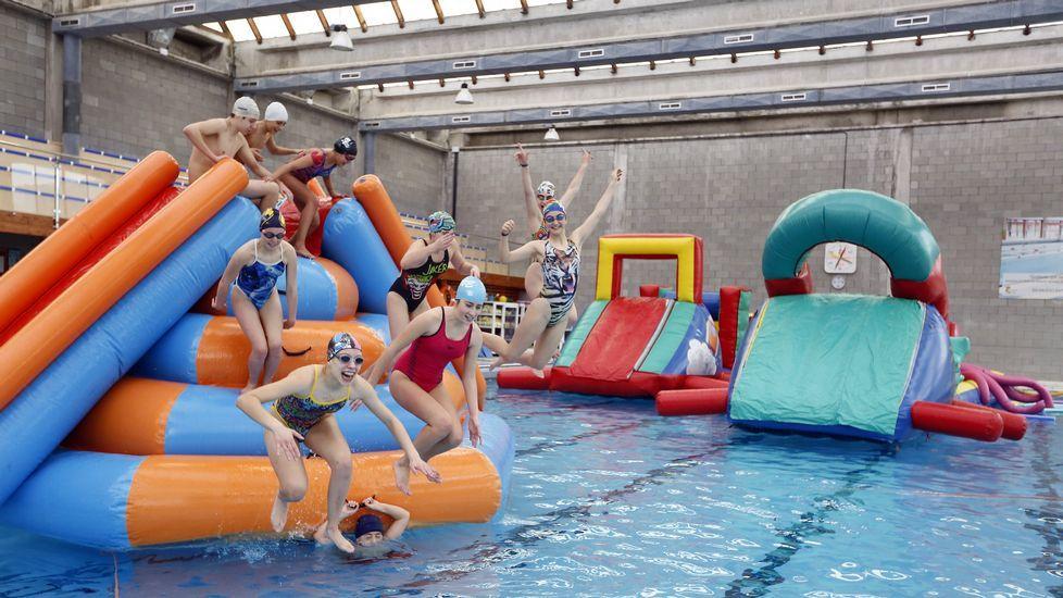 Inauguración del tramo del corredor Area-Beltrán. Xove.Hinchables en la piscina de Xove dentro del Día do Neno
