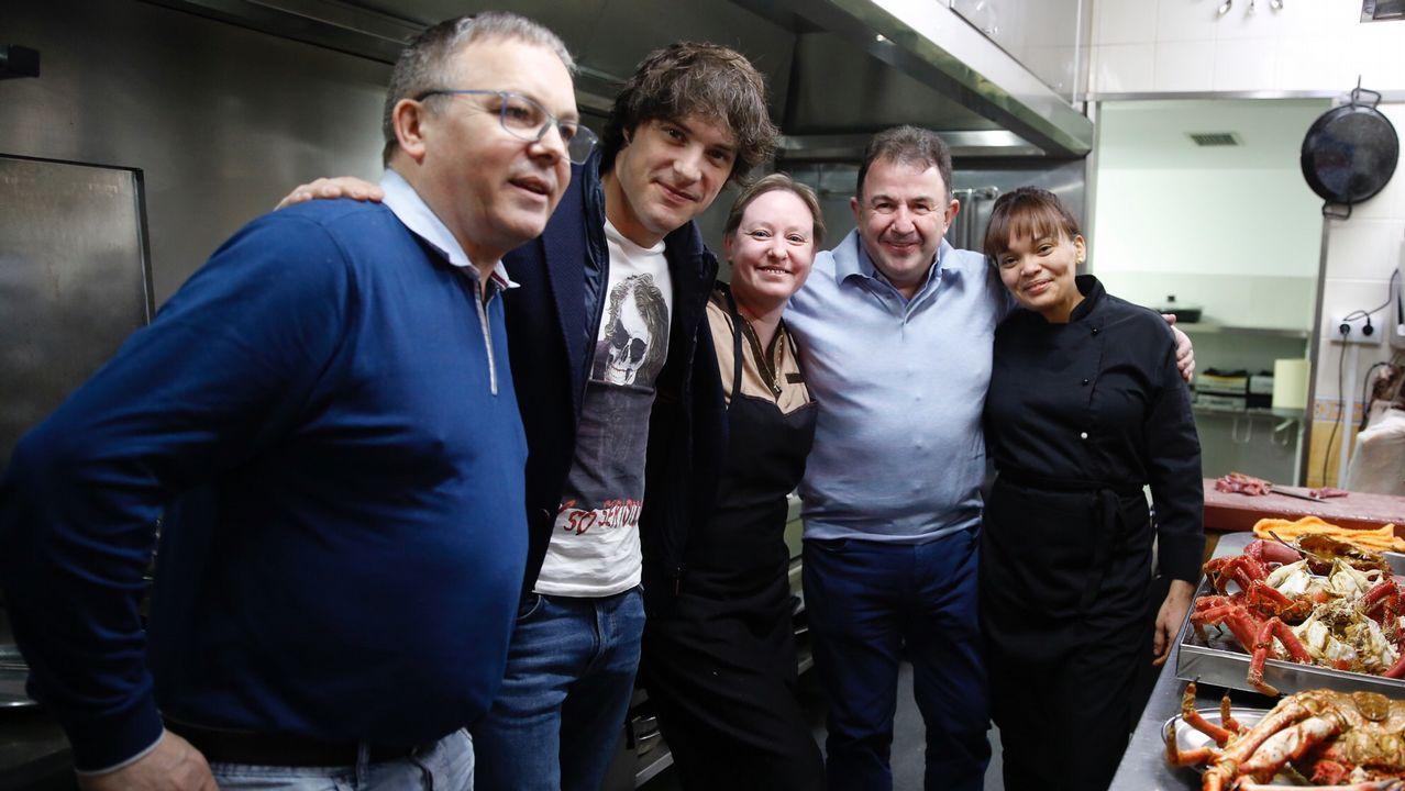 Los cocineros Martín Berasategui y Jordi Cruz, de cena en Negreira.Chicote, con el personal de El Naranjo de Mamá Chicó