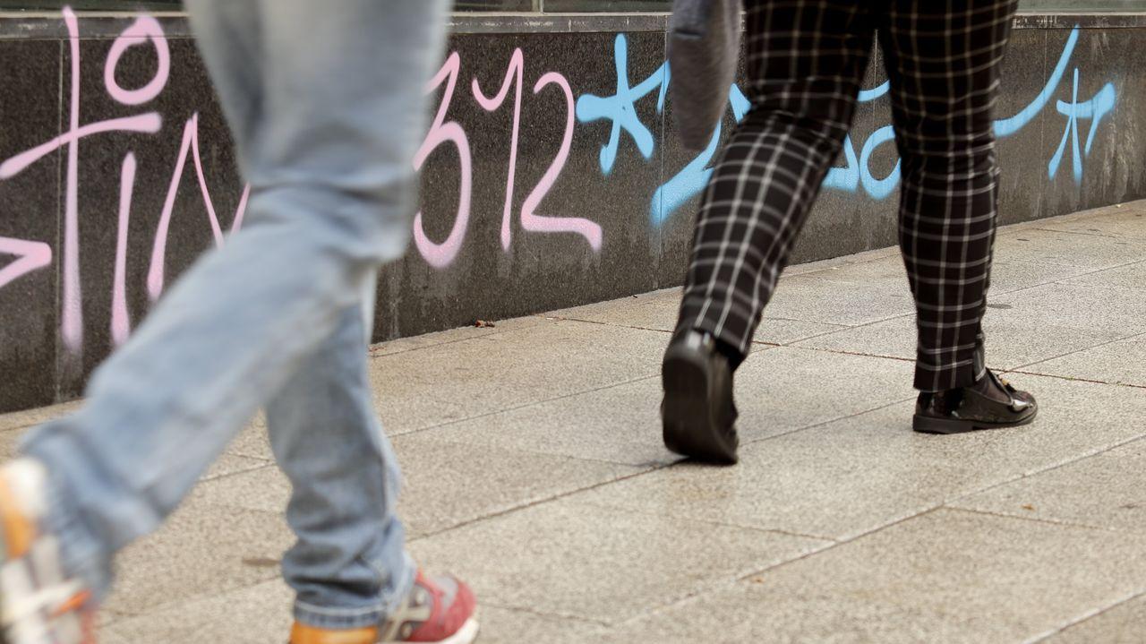 Cazados dos grafiteros en Santiago.El entorno de la plaza de la Ilustración registra el importe medio de pensiones más alto de Ferrol