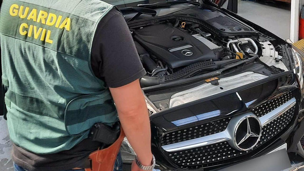 Agente de la Guardia Civil junto al coche de la estafa