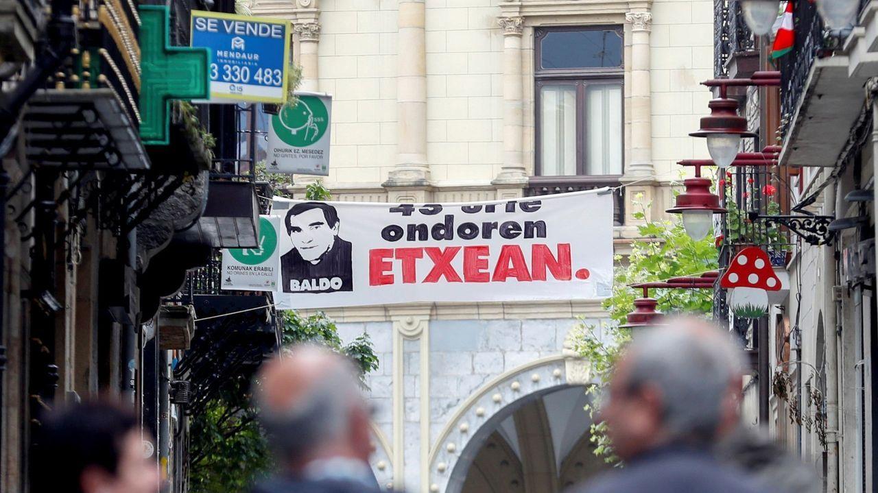Trump visita El Paso y Dayton en medio de protestas.Pancarta de bienvenida al histórico dirigente de ETA José Javier Zabaleta en Hernani, Guipúzcoa