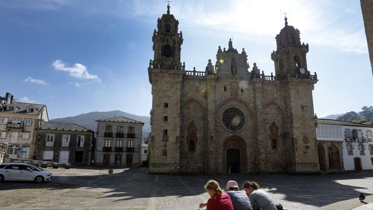 Visita al interior del pazo de Fefiñáns.Retirada de las alfombras en la cabecera de la iglesia, donde se restaurarán el retablo mayor y los murales pintados en la década de 1920 por el artista Lesmes López