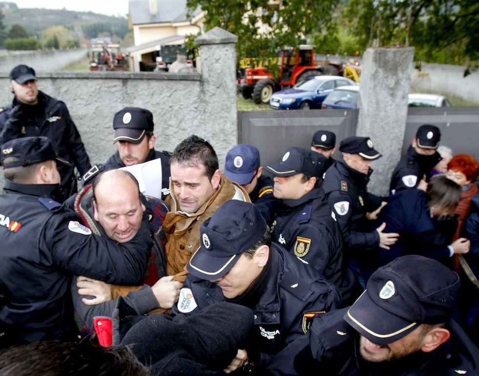 La nieve cubre de blanco las zonas altas de Galicia.<span lang= es-es >También el martes se produjeron fuertes protestas de vecinos ante numerosos policías.</span>