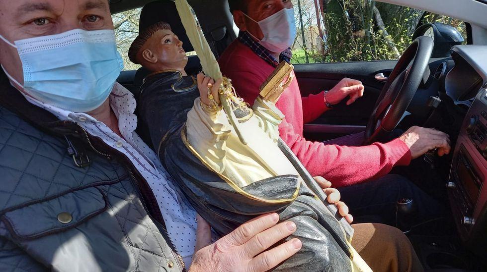 Los fieles trasladaron en coche la imagen del Corpo Santo