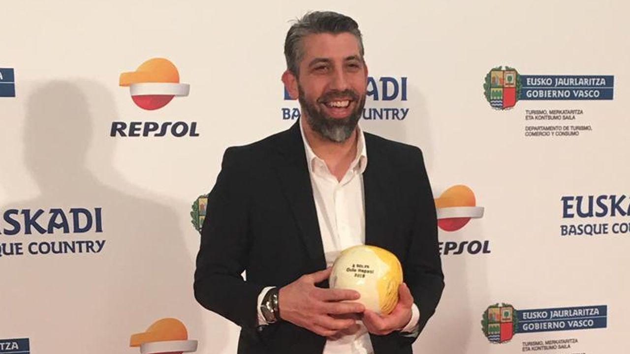 Juan Crujeiras, con su galardón de dos soles de la «Guía Repsol», en la gala celebrada en San Sebastián