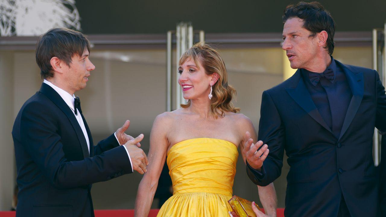 El director Sean Baker (derecha), junto a los intérpretes Simon Rex y Bree Elrod, en Cannes.