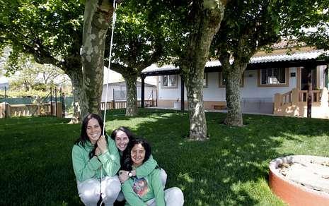 Laura, Irupé y Lorena crearon la cooperativa Luscofusco en la antigua unitaria de Oza.
