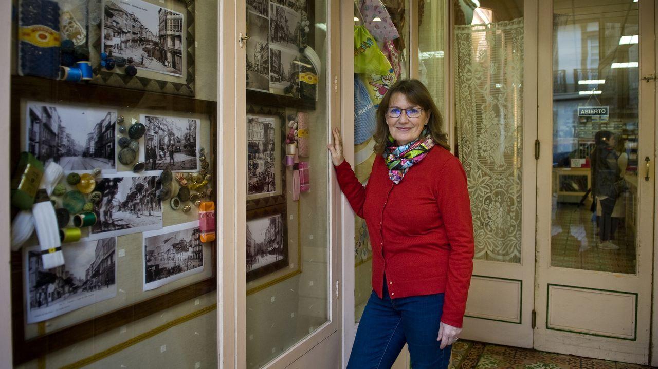 Menchu Murillo con sus fotos antiguas en el escaparate con motivo del aniversario de la Mercería Cándida