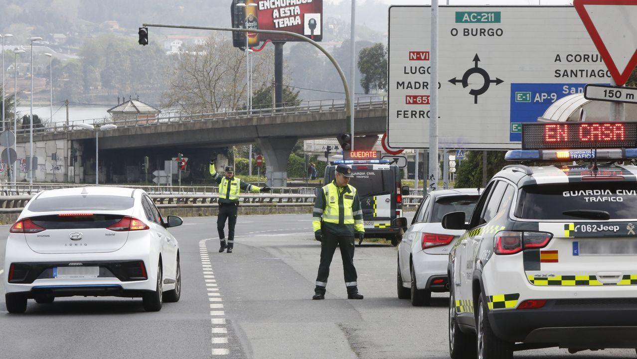 «SE ACABÓ LA PEDAGOGÍA, UNO POR COCHE» Los agentes de la Guardia Civil han establecido controles en todas las carreteras para vigilar que se cumplan las normas del estado de alarma. Enla foto, un control este sábado en A Coruña