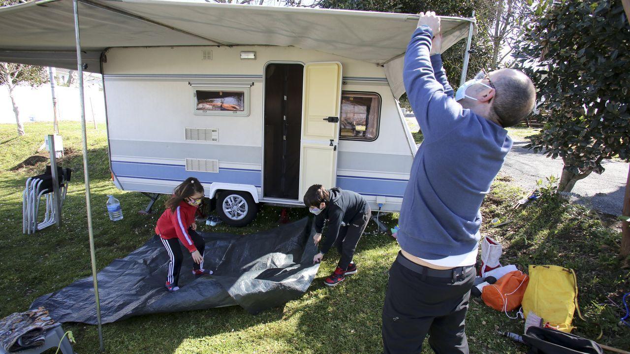 Una familia de Lugo instalaba ayer su caravana en el cámping Valdoviño, donde la dejarán hasta julio