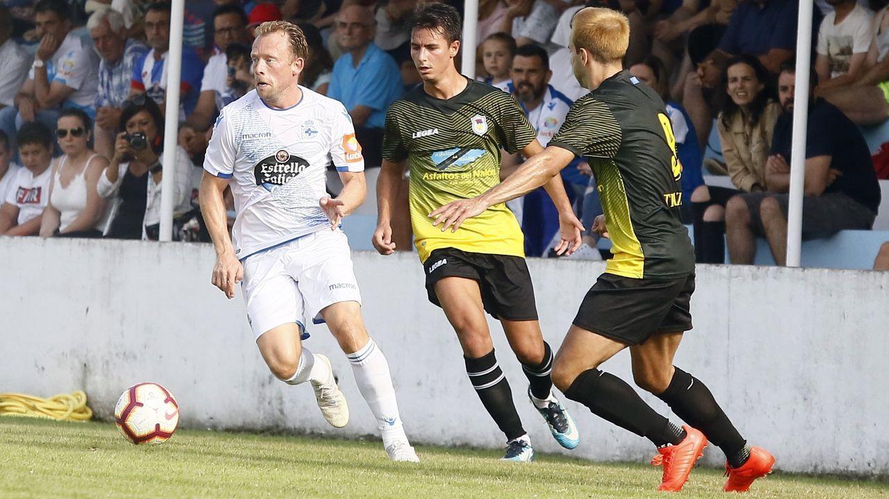 Krohn-Dehli corre perseguido por dos jugadores del Langreo en un amistoso disputado en Viveiro en el 2018