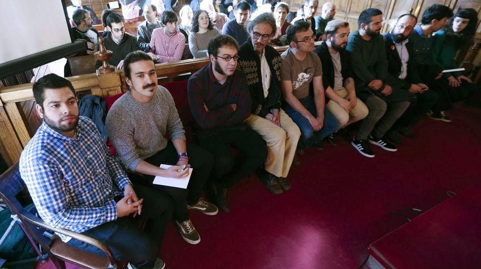 El diputado regional de Podemos, Andrés Fernández Vilanova (2i), y el concejal de Somos Oviedo, Rubén Rosón (i), junto al resto de acusados por la ocupación del espacio social de La Madreña, en Oviedo