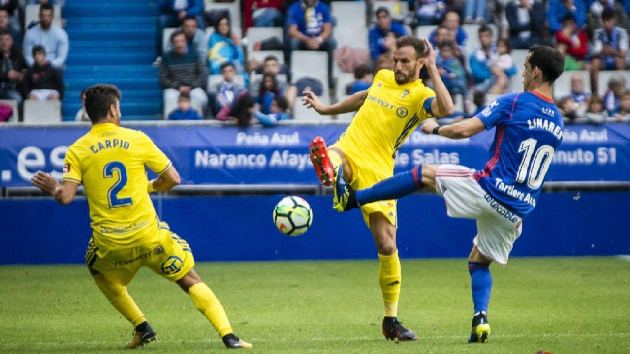 Gol Linares Cadiz Real Oviedo.Linares disputa un balón en el Oviedo-Cádiz